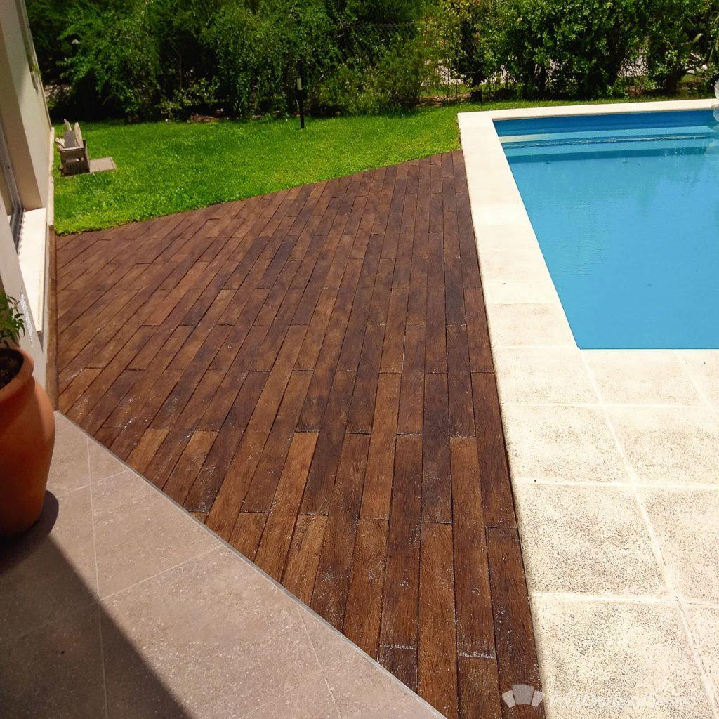Deck junto a piscina color Lapacho oscuro